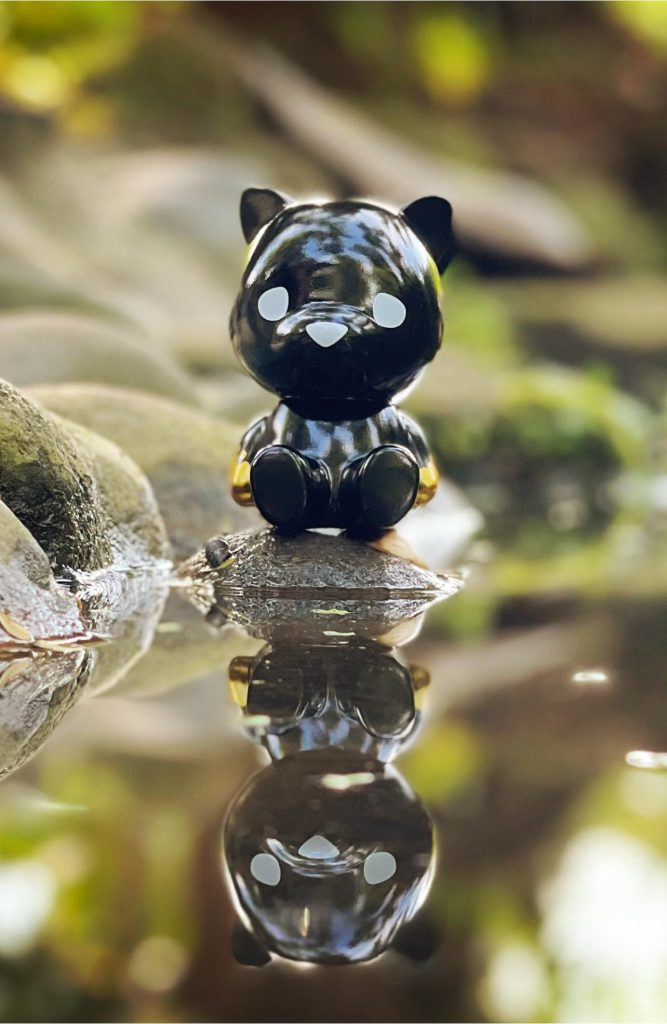 This image has an empty alt attribute; its file name is Luke-Chueh-x-FLABSLABs-Hello-Lukey-Sofubi-Black-n-Gold-Edition-at-50-SHADES-OF-BLACK-The-Toy-Chronicle-2021--667x1024.jpeg