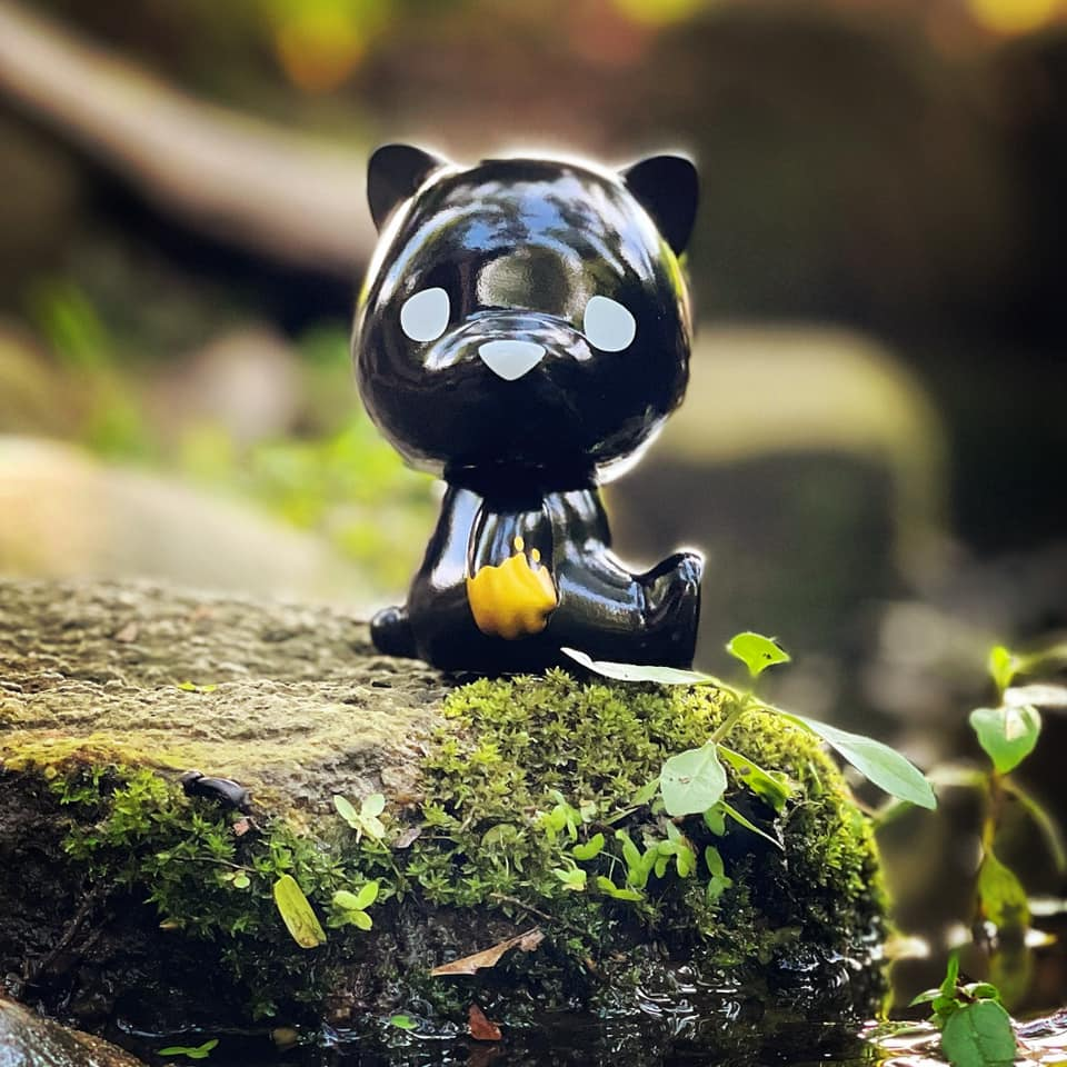 This image has an empty alt attribute; its file name is Luke-Chueh-x-FLABSLABs-Hello-Lukey-Sofubi-Black-n-Gold-Edition-at-50-SHADES-OF-BLACK-The-Toy-Chronicle-2021-rqrrr.jpeg