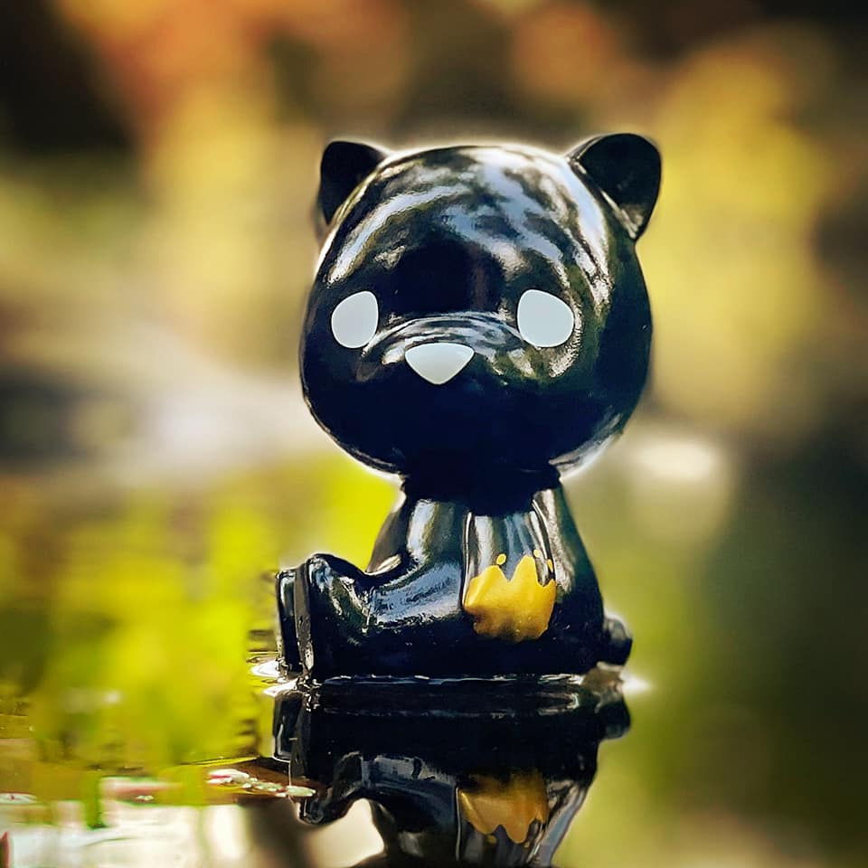 This image has an empty alt attribute; its file name is Luke-Chueh-x-FLABSLABs-Hello-Lukey-Sofubi-Black-n-Gold-Edition-at-50-SHADES-OF-BLACK-The-Toy-Chronicle-2021-rr.jpeg